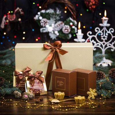 Чайный подарок в золотистой упаковке из бумаги с эффектом шелка