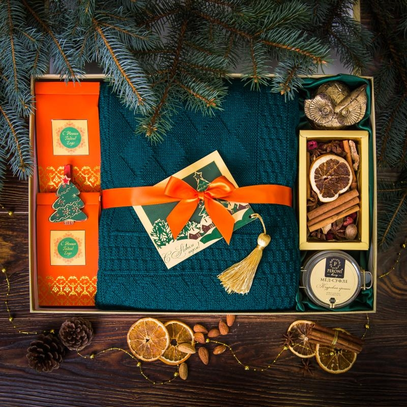 Подарочный набор в золотистой упаковке Созвездие с пледом