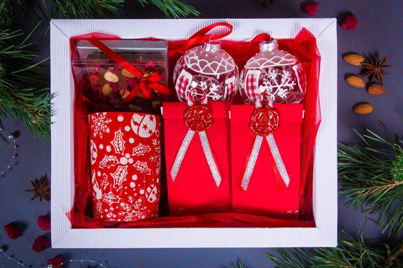 Подарочный набор в упаковке Фаворит-4 из гофры белого цвета