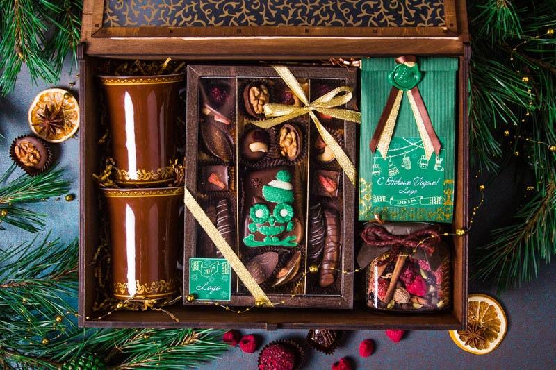 Подарочный набор в шкатулке из дерева с декорированным окошком и гравировкой логотипа