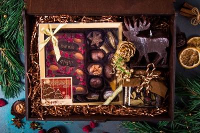 Подарочный набор с гравировкой логотипа в деревянной шкатулке с оленем и шоколадными конфетами