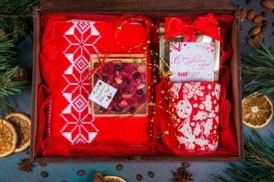 Подарочный набор в деревянной шкатулке с гравировкой логотипа с кружкой и шарфиком