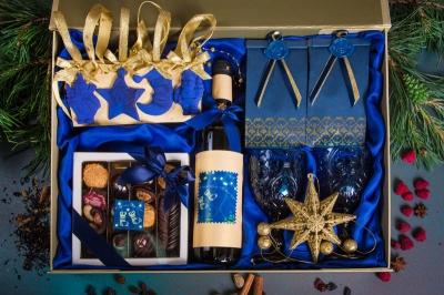 Подарочный набор в упаковке на магнитах из дизайнерской бумаги с эффектом шелка золотой